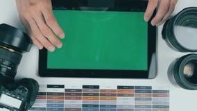 顶视图 在设计演播室供以人员工作在绿色屏幕片剂 创造性的背景 股票录像