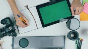 顶视图 在设计演播室供以人员工作在绿色屏幕片剂 创造性的背景 股票视频