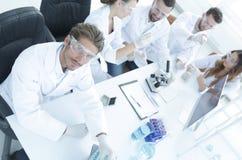 顶视图 坐在工作场所的现代年轻科学家 库存照片