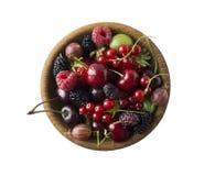 顶视图 果子和莓果在碗在白色背景 成熟无核小葡萄干,莓,樱桃,草莓,鹅莓, blackb 免版税库存图片