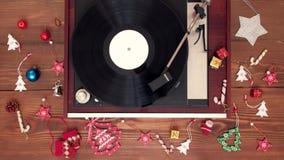 顶视图-演奏与装饰的老葡萄酒乙烯基圣诞节音乐 股票视频