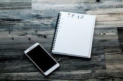 顶视图2018目标列出与笔记本、杯子和电话在木书桌上 免版税库存照片