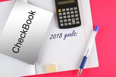 顶视图2018目标 有支票簿、笔和计算器的笔记本 免版税库存照片