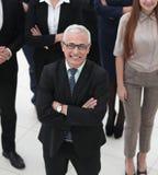 顶视图 看照相机的小组微笑的商人 免版税图库摄影