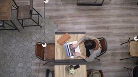 顶视图 研究在咖啡馆4k的膝上型计算机的女实业家 影视素材