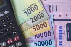 顶视图/花费金钱和付款演算平的位置说明与收据、钞票和计算器 免版税库存图片
