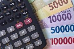 顶视图/花费金钱和付款演算平的位置说明与钞票和计算器 免版税图库摄影