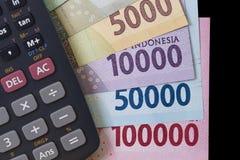 顶视图/花费金钱和付款演算平的位置说明与钞票和计算器 免版税库存照片