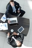顶视图 谈论的商务伙伴一个财政合同的期限 库存图片