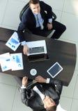 顶视图 谈论的商务伙伴一个财政合同的期限 库存照片