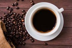 顶视图/Coffee杯子和咖啡豆在桌上 免版税库存照片