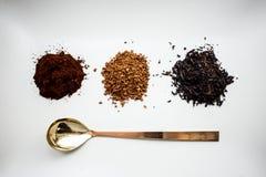 顶视图A自然咖啡、速溶咖啡、茶和匙子 免版税库存照片