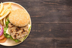 顶视图bbq汉堡包和炸薯条在木背景 免版税图库摄影