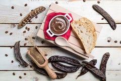 顶视图carobs奶油色巧克力 免版税库存图片