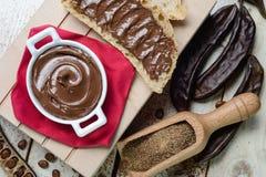 顶视图carobs奶油色巧克力 库存图片
