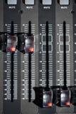 顶视图od调整器和一个混合的控制台的红色按钮 它用于为了音频信号修改能达到 库存照片