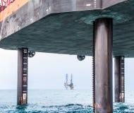 顶起的驳船和半潜水型的凿岩机 免版税库存图片