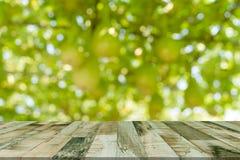 顶面书桌有迷离自然bokeh背景,木桌 免版税库存照片