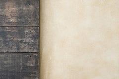 顶面木和水泥地板 背景楼层被碾压的teakwook纹理木头 库存照片