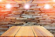 顶面木的架子在石墙背景中倒空并且难倒天花板 免版税库存照片