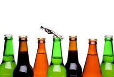顶面瓶啤酒和开启者。 库存照片
