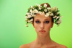 顶头俏丽的妇女花圈年轻人 库存图片