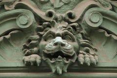 顶头狮子 在艺术Nouveau大厦的滑稽的mascaron 免版税库存照片