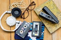 顶头电话盒式磁带玻璃日志和老影片照相机 免版税图库摄影