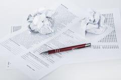 项目在桌面上的办公室工作者 免版税图库摄影