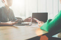 项目的介绍 两个年轻人谈论的女商人坐在会议室在桌上和经营计划 库存图片