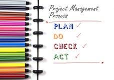 项目管理在白色写生簿的过程文本与颜色笔,顶视图 库存图片