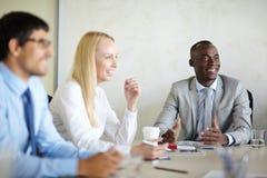项目讨论在证券交易经纪人行情室 库存图片