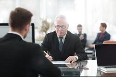 项目负责人举办与一名新的雇员的一次采访 库存照片
