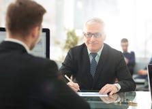 项目负责人举办与一名新的雇员的一次采访 免版税库存照片