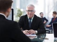 项目负责人举办与一名新的雇员的一次采访 免版税库存图片