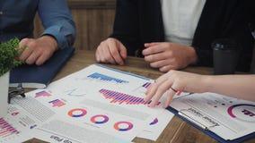项目负责人开会议,分析计划,看纸 股票录像