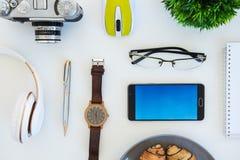 项目高角度拍摄在一张桌上的在办公室工作站 免版税库存照片
