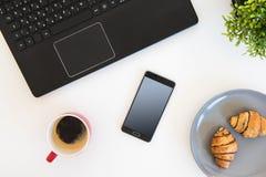 项目高角度拍摄在一张桌上的在办公室工作站 库存图片