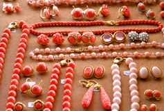 项链、耳环和珍贵的宝石在立场 库存图片