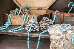 项链和镯子有绿松石小珠的 免版税库存图片