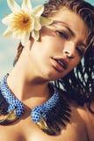 项链的妇女与在头发的荷花 免版税图库摄影