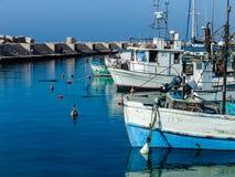 顺流小船在贾法角港口在一美好的好日子 库存照片