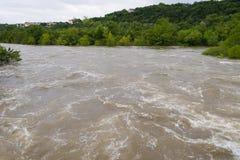顺流朝向在大雨以后的洪水 免版税库存图片