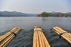 顺流浮动木筏 库存照片