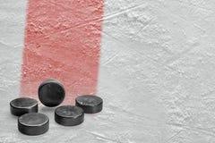 顽童和滑冰场片段与一线红线 免版税库存图片