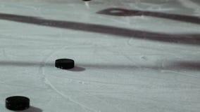 顽童的特写镜头在冰和曲棍球运动员的碰撞在慢动作的顽童 影视素材