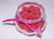 顾及生日宴会 关闭在桌上供食的甜逗人喜爱的桃红色点心 库存照片