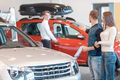 顾客与销售顾问沟通 免版税库存图片