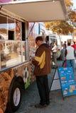 顾客买快餐在食物卡车 免版税库存照片