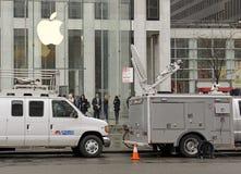 顾客人群在苹果计算机商店之外的在预先订货苹果计算机手表的纽约 免版税库存照片